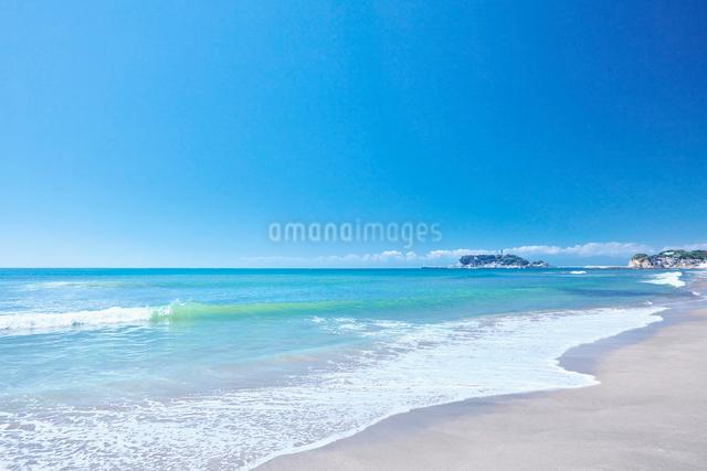 夏の鎌倉七里ガ浜と江の島の写真素材 [FYI01420519]