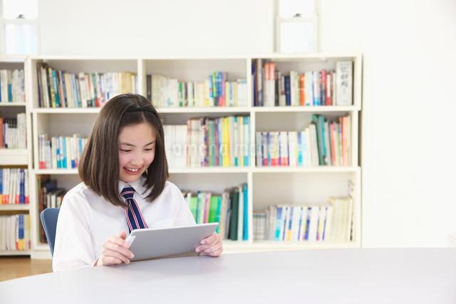 タブレットを見る女子中学生の写真素材 [FYI01420543]