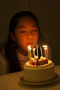 ケーキのロウソクを吹き消す女の子の写真素材 [FYI01420582]