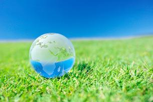 ヨーロッパやアフリカ大陸を示した地球儀と緑の大地と空の写真素材 [FYI01420610]
