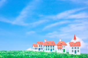 青空の下の家のクラフトの写真素材 [FYI01420629]