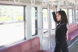 電車のつり革につかまる女子中学生の写真素材 [FYI01420653]