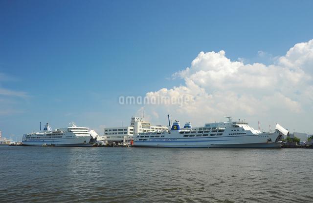 新潟港に停泊している佐渡汽船カーフェリーの写真素材 [FYI01420904]