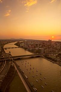 朱鷺メッセ屋上から見た信濃川と弥彦山方面の夕景の写真素材 [FYI01420944]