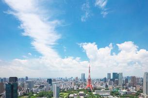 東京タワーと都内の街並の写真素材 [FYI01420952]