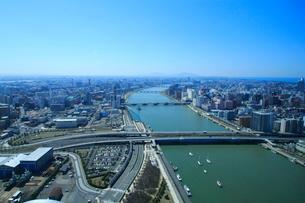 朱鷺メッセ展望台から望む信濃川と新潟市街の写真素材 [FYI01421200]