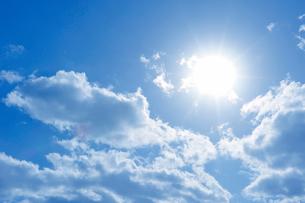 青空と太陽と白い雲の写真素材 [FYI01421302]