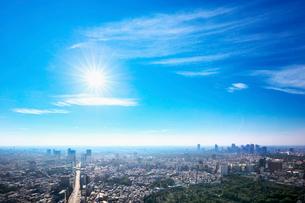 東京の街並みと青空と太陽の写真素材 [FYI01421376]