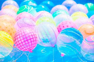 色とりどりの水ヨーヨーの写真素材 [FYI01421493]