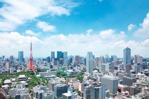 東京タワーと都内の街並の写真素材 [FYI01421580]