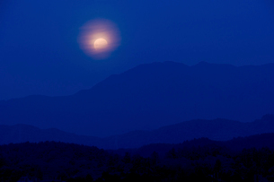 五頭山の山並と部分月食の写真素材 [FYI01421646]