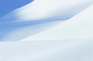 田園にできた一面の雪肌の写真素材 [FYI01421740]
