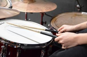 ドラムを叩くの写真素材 [FYI01422264]