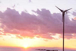 風車の夕景の写真素材 [FYI01422274]