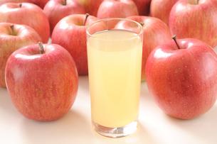複数の林檎とリンゴジュースの写真素材 [FYI01422392]