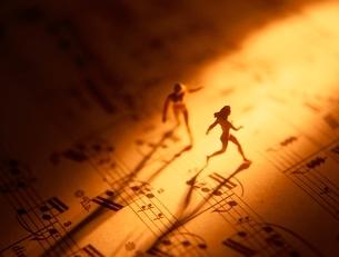 楽譜の上の2体の人形の写真素材 [FYI01422435]