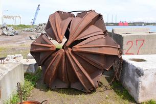新潟東港にある浚渫バケットの写真素材 [FYI01422489]