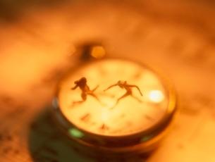 懐中時計の上の2体の人形の写真素材 [FYI01422613]