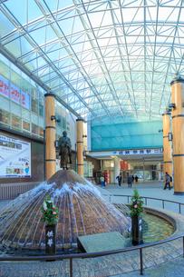 近鉄奈良駅前の噴水広場に立つ行基像の写真素材 [FYI01422660]