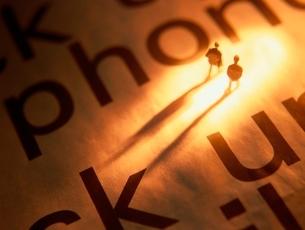 アルファベットの上の2体の人形の写真素材 [FYI01422717]