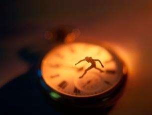 懐中時計の上の人形の写真素材 [FYI01422740]