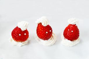 イチゴとクリームで作った顔の写真素材 [FYI01422779]