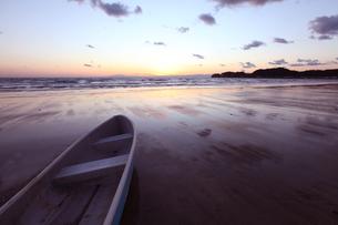 ボートと夕景の海岸の写真素材 [FYI01422799]