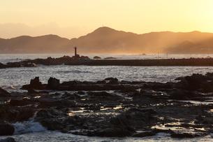 千葉県鴨川海岸の岩と夕焼けの写真素材 [FYI01422821]