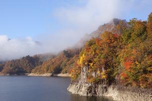 紅葉が美しい福島の秋の湖畔の写真素材 [FYI01422860]