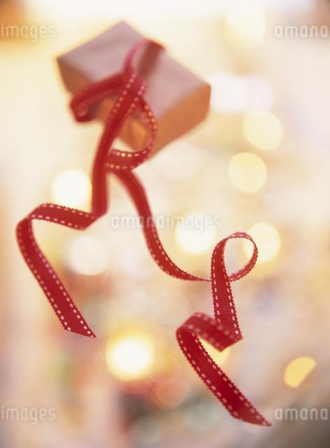クリスマスイメージ(赤いギフトリボン)の写真素材 [FYI01422881]