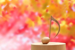 紅葉と木製の音符の写真素材 [FYI01422905]