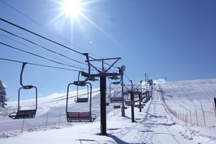白樺高原スキー場のリフトと太陽の写真素材 [FYI01422911]