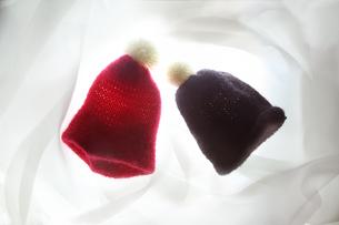 光が布を透過した毛糸の赤と黒の帽子の写真素材 [FYI01422929]
