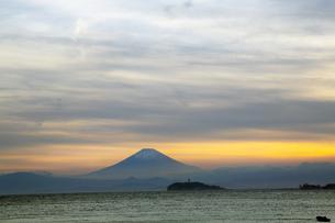 神奈川県逗子市から見た富士と江ノ島の夕景の写真素材 [FYI01423024]