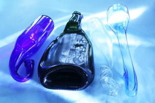 光の当たったねじれた瓶と潰れた瓶の写真素材 [FYI01423035]