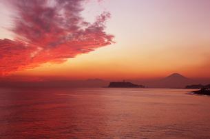 稲村ケ崎海岸から見た富士山と江ノ島の夕焼けの写真素材 [FYI01423056]