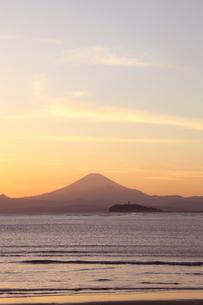 葉山から見た富士と江ノ島の夕焼けの写真素材 [FYI01423081]