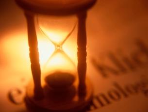 新聞の上の砂時計(オレンジ色)の写真素材 [FYI01423102]