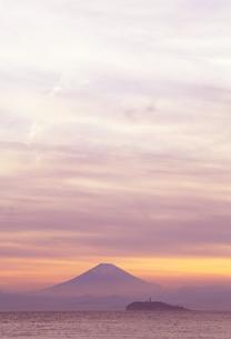 神奈川県逗子市から見た富士と江ノ島の夕景の写真素材 [FYI01423127]