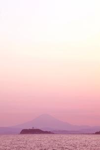 逗子から見た江ノ島と富士山の夕焼けの写真素材 [FYI01423131]
