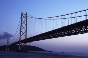 明石海峡大橋の夕景の写真素材 [FYI01423143]