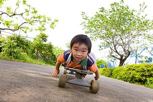 スケートボードに乗る男の子の写真素材 [FYI01423150]