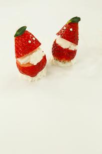 イチゴとクリームで作った顔の写真素材 [FYI01423175]