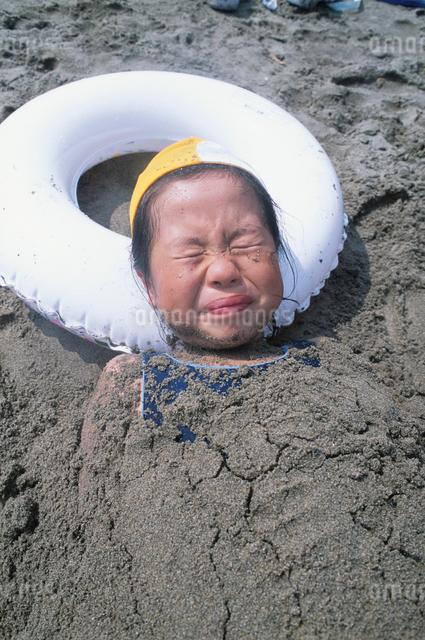 砂遊びをする女の子の写真素材 [FYI01423183]