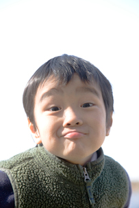 おどける男の子の写真素材 [FYI01423243]
