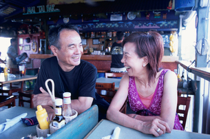 レストランで寛ぐシニア夫婦の写真素材 [FYI01423304]