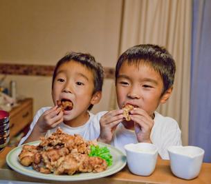 つまみ食いする二人の男の子の写真素材 [FYI01423315]