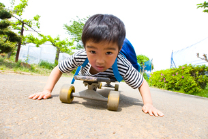 スケートボードに乗る男の子の写真素材 [FYI01423369]