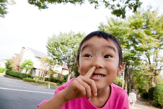 ふざけた表情をする男の子の写真素材 [FYI01423393]