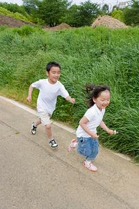 元気よく走る子どもたちの写真素材 [FYI01423454]